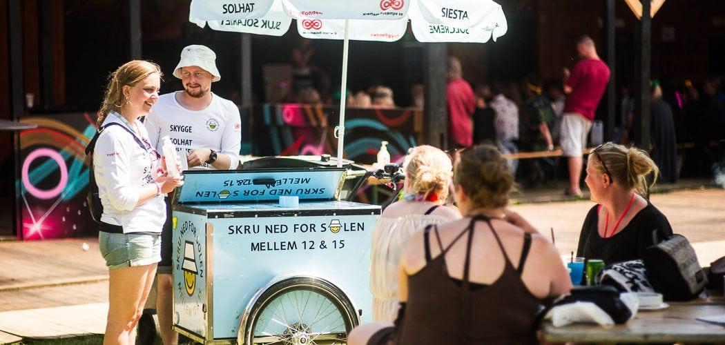 Solcreme bliver delt ud fra frivillig til frivillig