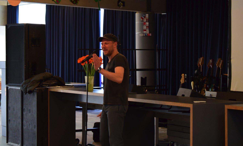 Johan O synger op