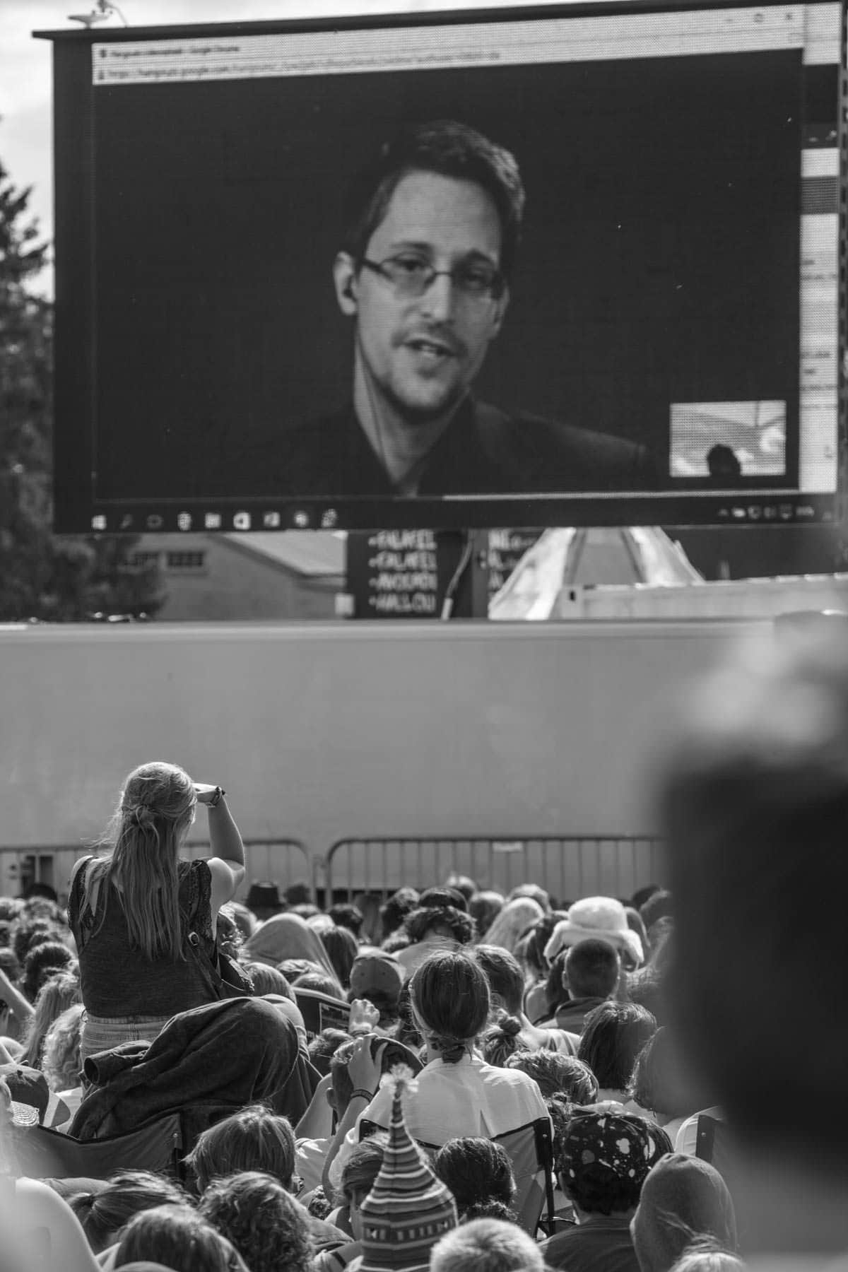Edward Snowden taler via en netforbindelse på Roskilde Festival.