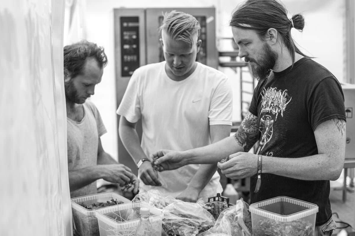 Frivillig tjener for stjernerne i Artist Village