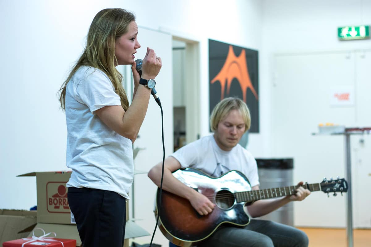 ProjektBEAT kiggede forbi gaveindpakningen og bød på live-musik. Foto: Inger Marie Helgasdatter Mulvad