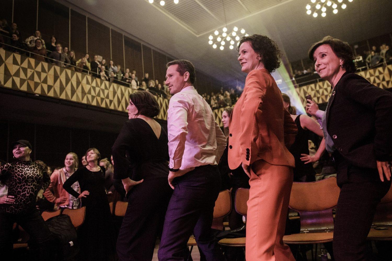 Publikum mødtes i en røvsymfoni til kvindernes kampdag
